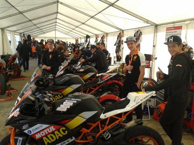 """Das Zelt mit allen Motorrädern... die """"working area"""""""